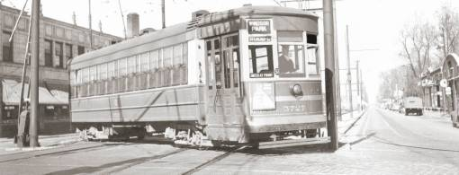 PHOTO - CHICAGO - EXCHANGE AVE AT 75TH - LOOKING S - NOTE RESTAURANT ON LEFT - CSL WINDSOR PARK STREETCAR TURNING - 1940s
