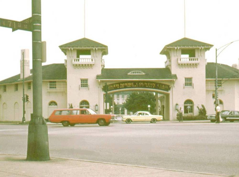 PHOTO - CHICAGO - 71ST AND SOUTH SHORE DRIVE - GATES TO SOUTH SHORE COUNTRY CLUB FROM ACROSS STREET - 1967